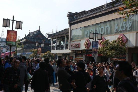 Guan Qian Shopping Street : middle of the street