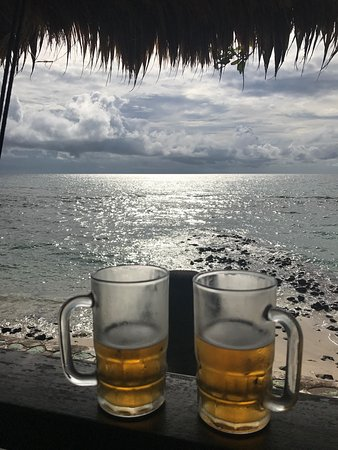 Puri Mas Spa Resort: 我們沒有住這裡 但是可以點餐到他們的餐廳發呆亭吃東西 食物很普通 但是美景無價 是個很值得來的地方 整個海岸線不長。幸好找到這家飯店可以讓我們優雅一下午