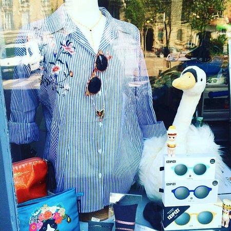 Vitrine de printemps   prêt-à-porter femme, accessoires et lunettes ... bedeabe8afd