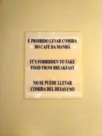 Atlantis Copacabana: Café! Nada de levar comida para fora!