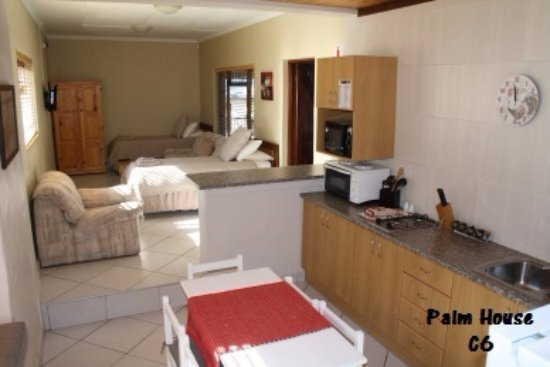 O'Hannas BnB & Self Catering: Palm House C6, Open plan unit, with a seperate double bed room