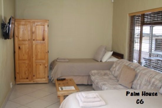 O'Hannas BnB & Self Catering: Palm House with an open plan kitchen and 2 single beds