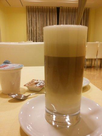 Ceva, Ιταλία: bella stratificazione del mio latte mattutino, perfetto!