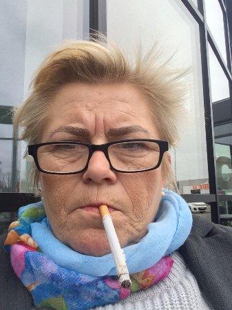 Herlev, Danimarka: Sidder udenfor cafe A, ford ryge. Meget beskidte borde udenfor, jeg har lige spist smagløst målt