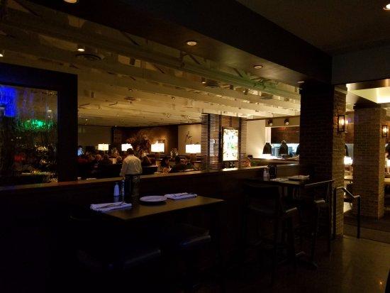 Edina, Μινεσότα: Looking into the main dining room from the bar