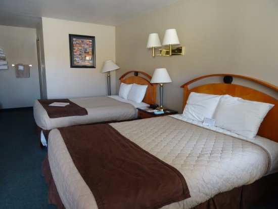 Whispering Sands Motel: Our room