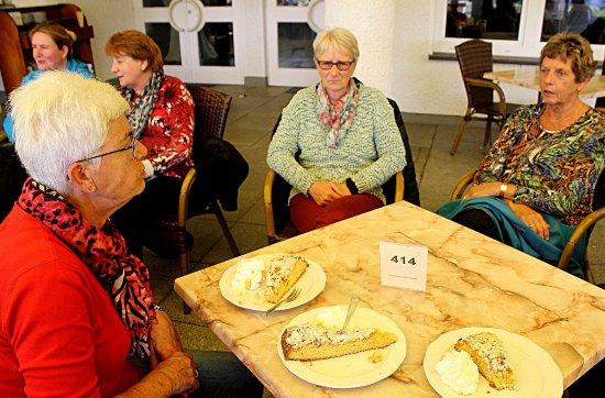 Attendorn, Almanya: Terras met koffie en taart.