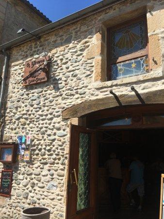 La Taverne de Saint Jacques : vitrail au dessus de la porte en forme de St Jacques
