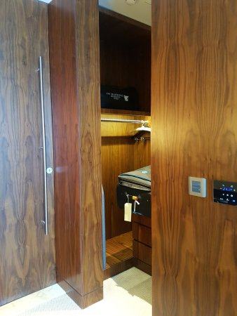 JW Marriott Marquis Hotel Dubai: Walk In Closet With Plenty Of Space. Fully  Automated