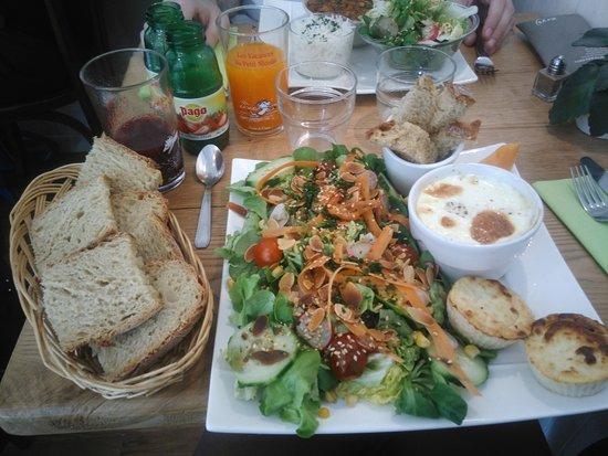 Saint-Cyprien, France: salade, oeuf saumon et petit cake au chou-fleur