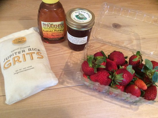 Citra, FL: Breakfast! Grits with local honey and organic strawberries and jam on the side. All from local f