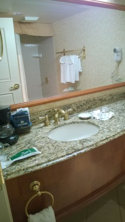 Harrah's Council Bluffs: Spacious bathroom