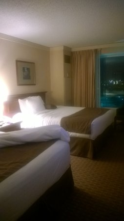 Harrah's Council Bluffs: Double room, tiny pillows