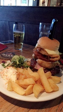 Longnor, UK: Ye Olde Cheshire Cheese Inn: huge farm house burger