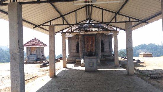 Kurinji Andavar Temple: Temple