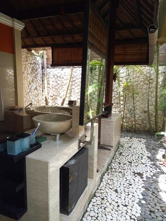 Novotel Bali Benoa: Outside bathroom with Jacuzzi