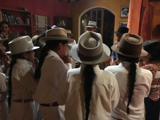 La Casa Sol Otavalo: Young people dancing in the sitting room