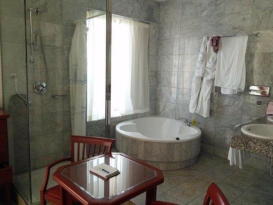 La salle de bain ouverte sur la chambre de luxe - Photo de Cleopatra ...
