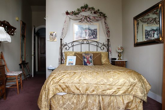 Victorian Gold Bed & Breakfast:  Angle Face suite  with queen size bed and a sofa bed with all the angle decoration in it