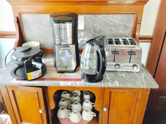 Jamestown, CA: Breakfast area ..COFFEE ,TEA,TOAST AND HOME MADE WAFFLES.