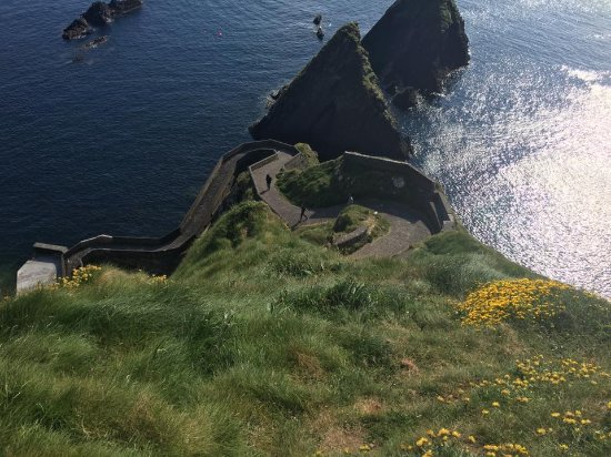 Dunquin, Irlandia: on the perilous edge looking down to the pier