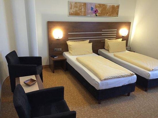 Brühlerhöhe: Große Zimmer, auch für Einzelreisende