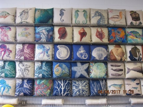 Courtenay, Canada: This is just a sampling of our linen blend cushion covers.  We hundreds in stock to choose from.