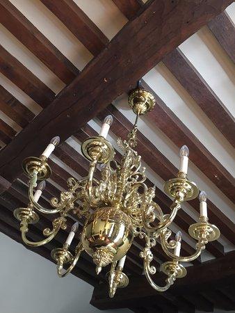 Hotel Boterhuis: chandelier in room