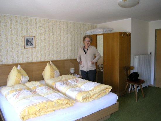 Il letto con i cuscini in cui c era un cioccolatino foto di