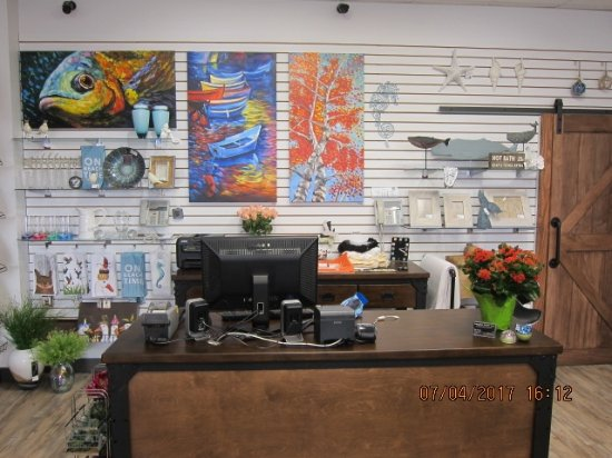 Courtenay, Canadá: Original paintings and other decorative accents are found throughout the store.