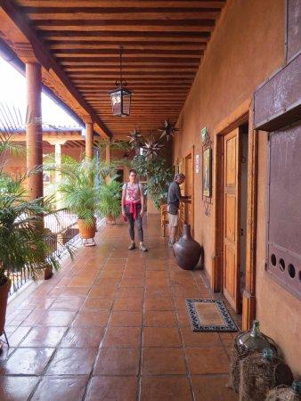 Hotel Casa del Refugio: Hall way overlooking court yard