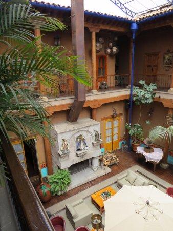 Hotel Casa del Refugio: Looking into courtyard