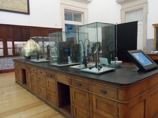 Museu da Ciência: Telas interativas em bancada de laboratório antigo