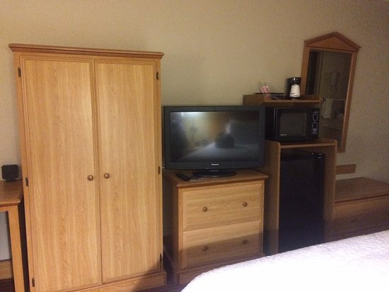 Baymont Inn U0026 Suites Columbus GA: Lots Of Wood Cabinets   Liked The Bench.