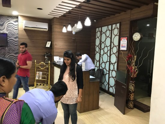 Hotel Namaskar Residency: Good ambience and nice interior in the rooms and lobby.