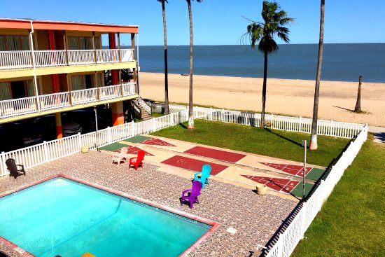 Sea Shell Inn Motel: This is the view of the Pool area from our 2nd level room!