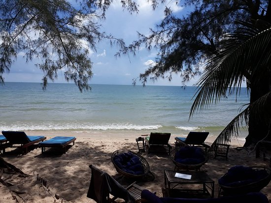 Everythang Bar, Restaurant & Guesthouse: Beach view with sunloungers