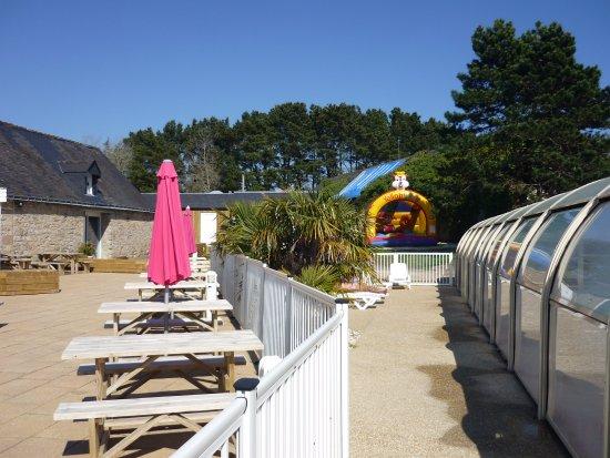 Terrasse structure gonflable piscine couverte avec son for Piscine avec solarium