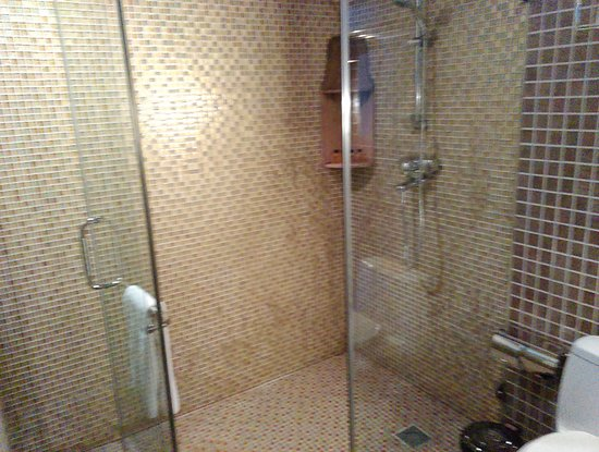 Courtyard 7: large shower area