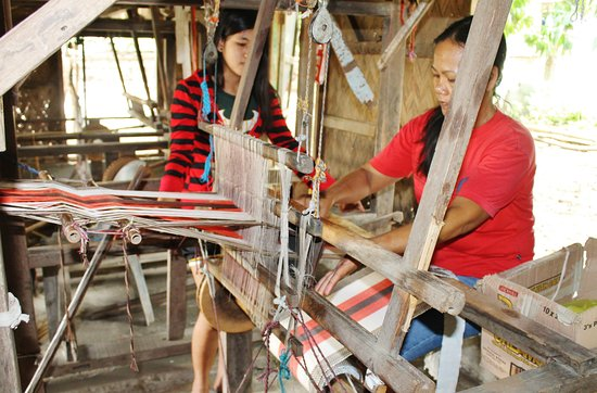 Nagbacalan Loomweavers Cooperative: busy doing demo.