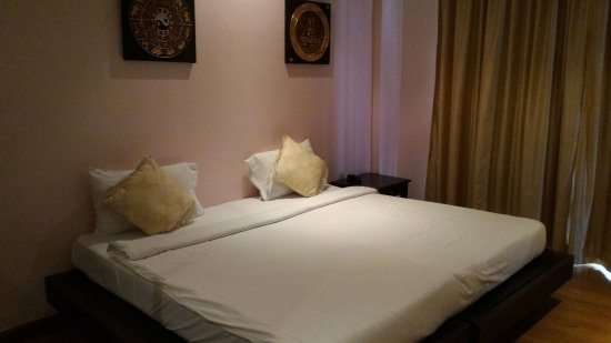 Glitz Bangkok Hotel: 床夠大,是 2 張單人床併成的雙人床。