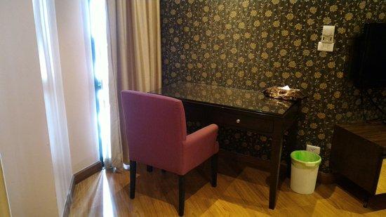 Glitz Bangkok Hotel: 只有一張沙發。