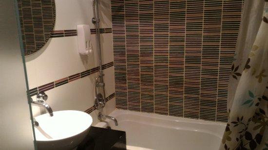 Glitz Bangkok Hotel: 簡單的浴室。