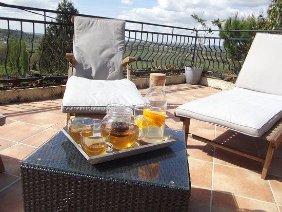 Pujols, Франция: Petit déjeuner sur la terrasse !