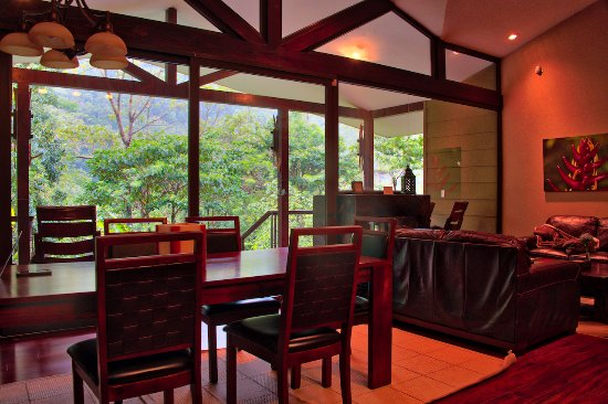 Bajos del Toro, Costa Rica: Dining room table and sitting area.