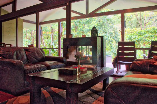 Bajos del Toro, Costa Rica: Sitting area with fireplace