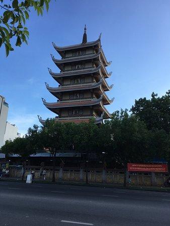 Chua Vinh Nghiem: 仏教寺院。ホーチミンで最大の仏教寺院らしい。 中は広くて立派。 隣に塔が建っているが、中には入れなそうだった。 ベトナム人の8割は仏教徒らしいので、一度見て見てもいいのでは。