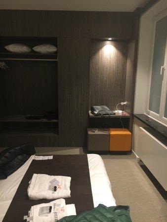 Central: camera e bagno sono in stile contemporaneo, ristrutturata da poco, pulita e accogliente. No TV e