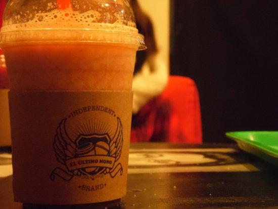 El Ultimo Mono Juice & Coffee: Batido de fresa, coco y naranja.