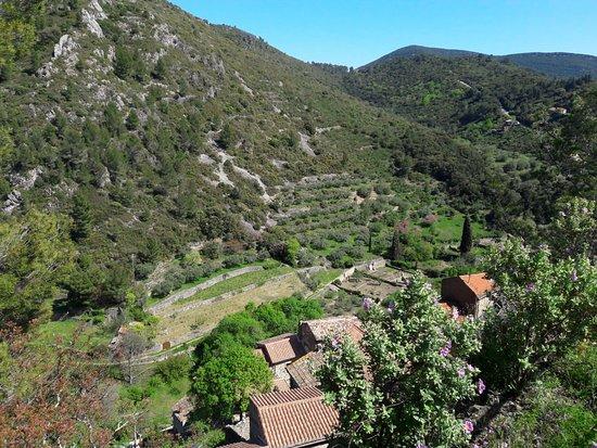 Roquebrun, Francia: Observation platform looking east